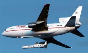 Raketa Pegasus XL při odpojení od nosného letounu Lockheed L-1011 Stargazer.