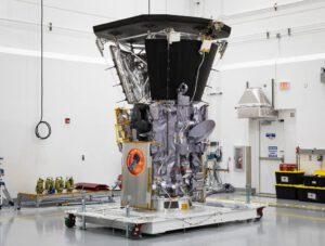 Parker Solar Probe v čisté místnosti před uzavřením do aerodynamického krytu.