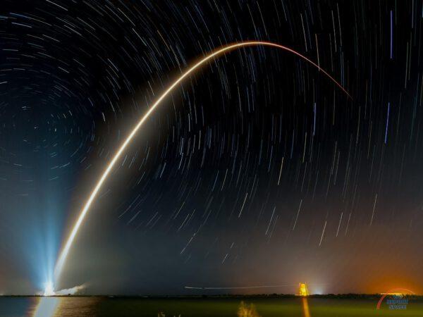 Udělat dlouhou expozici startu rakety i rotace hvězdné oblohy není jen tak. Michael Seeley však dokázal spojit ladný oblouk Falconu se startrails a výsledkem je mimořádně působivý snímek.
