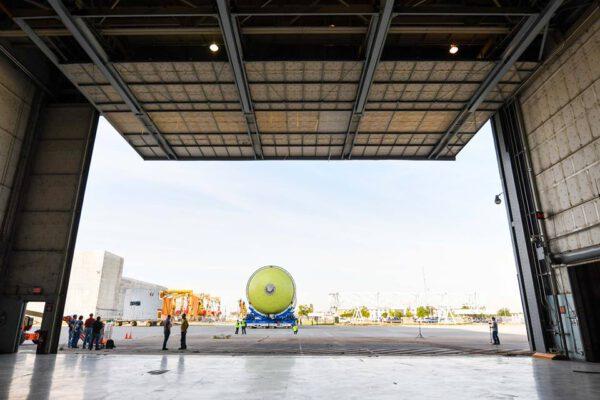Vrata buňky N budovy 131 jsou otevřena pro přijetí letové vodíkové nádrže, 26. července