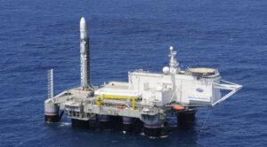 Raketa Zenit-3SL připravená ke startu na startovní plošině Ocean Odyssey, která byla přestavěna z průzkumné vrtné plošiny.
