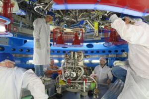 Instalace hlavního motoru servisního modulu Orionu, květen