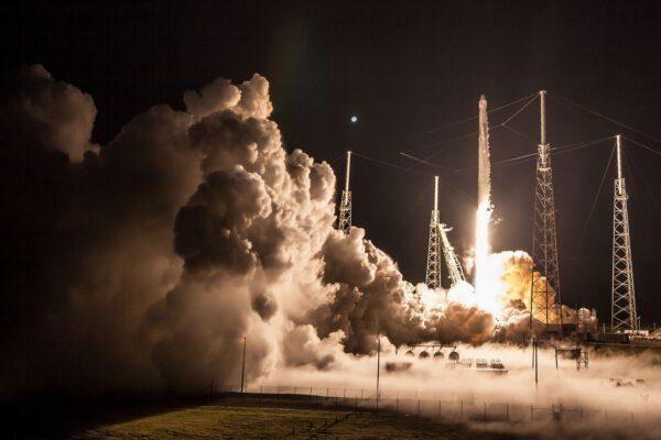 Falcon 9 ve verzi Block 4 vynáší Dragon CRS-15