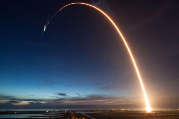 Časosběrný snímek ze startu Falconu 9 s lodí Dragon CRS-15