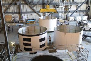 Díly aeroshellu uvnitř sekce HB4 haly VAB, 19. června.