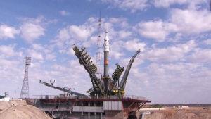 Raketa Sojuz se stejnojmennou kosmickou lodí čeká na kosmodromu Bajkonur na vynesení tří kosmonautů k Mezinárodní vesmírné stanici.