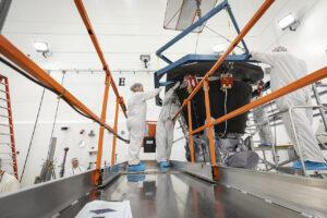 Instalace tepelného štítu na sondu Parker Solar Probe