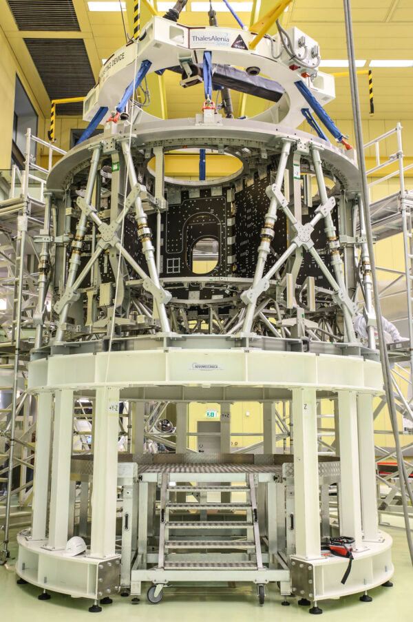 Servisní modul Orionu pro misi EM-2 namontážním stole v hale společnosti Airbus, květen