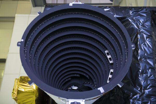 Kryt čočky strukturálního a tepelného modelu přístroje Flexible Combined Instrument během zkoušek v ESTECu.