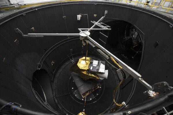 Přístroj Flexible Combined Instrument ve vakuové komoře Large Space Simulator ve středisku ESTEC.
