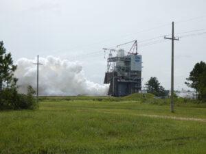 Při spalování kapalného kyslíku a vodíku vzniká voda. Tato fotka vznikla 2. července při zážehu motoru AR-22.