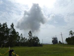 Oblak vodní páry po zážehu motoru AR-22 na Stennisově středisku 2. července.