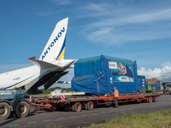 Vykládání transportního kontejneru z letounu.