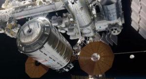 Vizualizace Nathaniela Kogy ukazuje loď Cygnus během zachycení staniční paží.