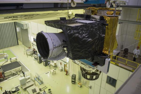 Přístroj FCI se bude používat na družicích MTG, kde I znamená imaging. Půjde o družice, které mají za úkol pořizovat snímky. Testovací model přístroje na této fotce míří do vakuové komory Large Space Simulator, která je 15 metrů vysoká a měří deset metrů v průměru. Po uzavření vrat a aktivování pump v ní vzniká vakuum s tlakem miliardkrát nižším, než jaký je na hladině moře. Přístroj musí těmto podmínkám odolávat několik týdnů. Během té doby na něj bude intenzivně svítit simulátor slunečního záření, zatímco stěny komory budou ochlazovány kapalným dusíkem.