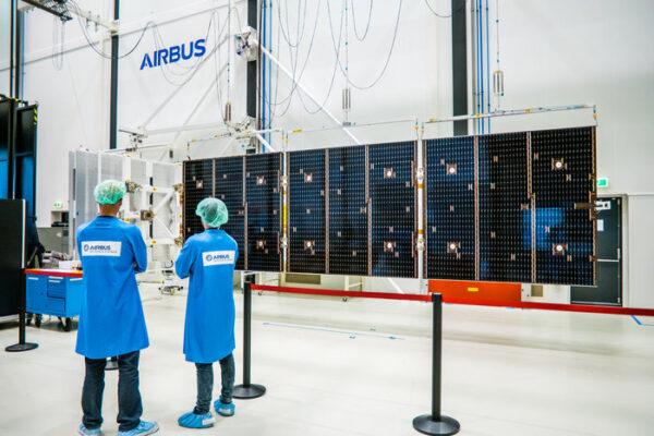 Test rozložení solárních panelů Orionu v čisté místnosti Airbusu v Leidenu, Nizozemí, květen