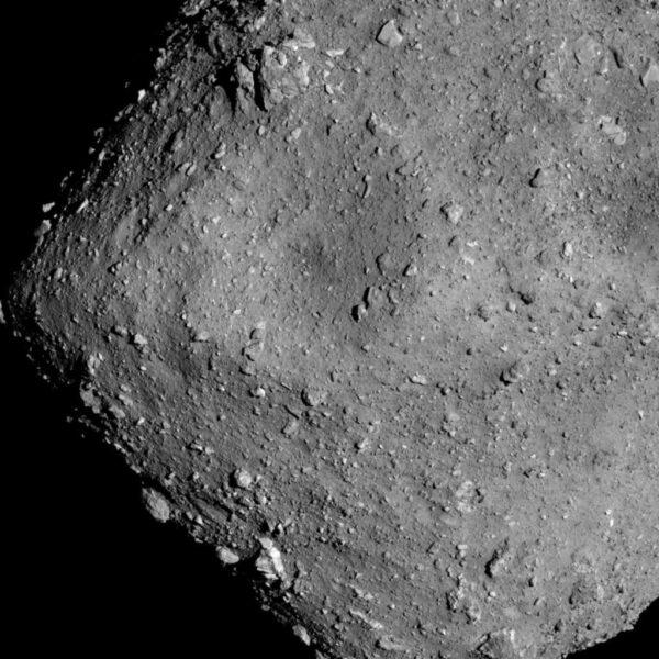 Asteroid Ryugu ze vzdálenosti 6 kilometrů pořídila kamera Optical Navigation Camera - Telescopic (ONC-T) 20. července v 16: hodin japonského času, tedy (9:00 SELČ)