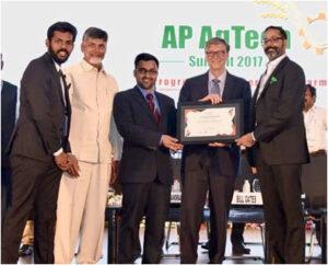 Zástupci SatSure Analytics při přebírání cenyBetter Satellite World