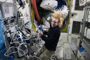 Experiment Airway monitoring probíhá na ISS už několik let - na této fotce jej provádí Američanka Kathleen Rubins.
