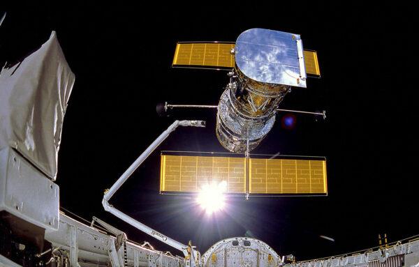 Vypouštění Hubblu z paluby Discovery