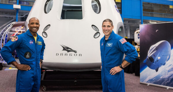 Posádka první ostré mise lodi Crew Dragon. Zleva Victor Glover - Mike Hopkins.