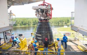 Instalace motoru E0525 na testovací stanoviště A-1.