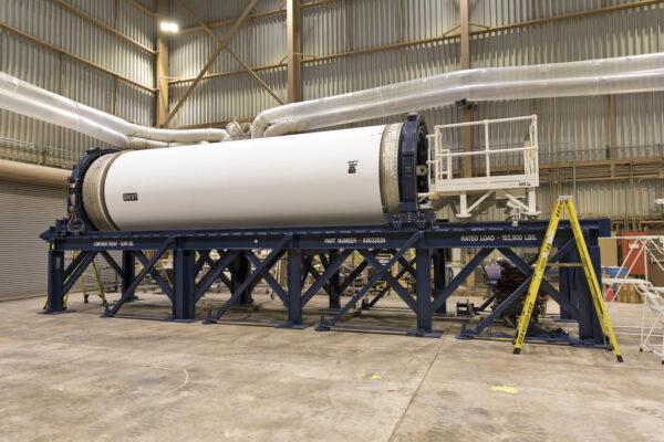 31.7.2018 - Inertní neletový testovací exemplář nosiče ATB, nazvaný Ground Test Motor (GTM), v budově RPSF. Určení GTM je stejné jako věžičky LAS na předchozí fotografii.