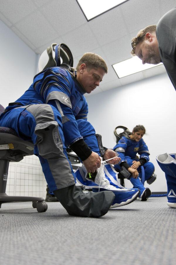 Skafandr Boeing Blue oblékl i Robert Behnken.