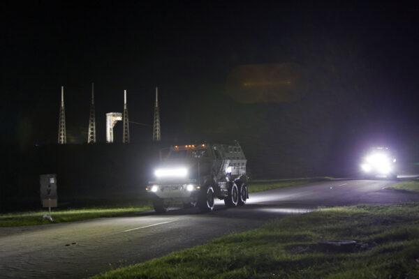Obrněná vozidla Mine-Resistant Ambush Protected vehicle opouští okolí rampy 41.