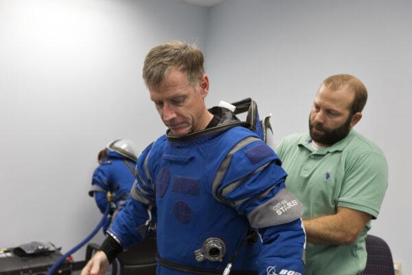 Evakuační zkoušky se zúčastnil i Chris Ferguson, bývalý astronaut NASA, dnes zaměstnanec Boeingu., který nakonec poletí na první pilotované lodi Starliner.