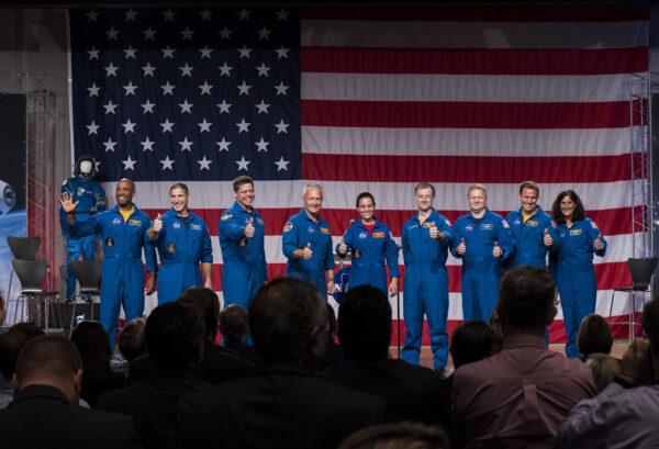 Devět mužů a žen ze Spojených států. Čekají je první mise soukromých pilotovaných kosmických lodí.