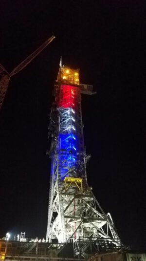 V noci před vývozem byla věž plošiny slavnostně nasvícena.