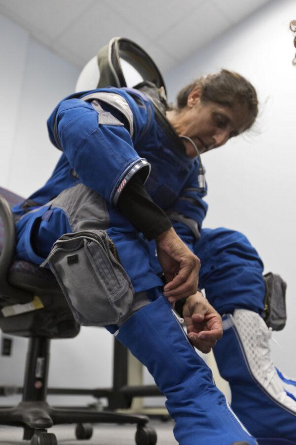 Sunita Williams si obléká skafandr Boeing Blue.