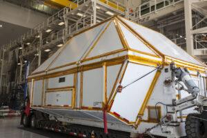 Cesta z New Orleans je u konce - kontejner s přetlakovou kabinou Orionu pro misi EM-2 vjíždí do Neil Armstrong Operations and Checkout Building