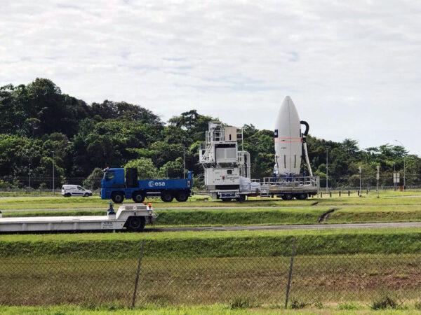 Aerodynamický kryt s družicí Aeolus míří ke startovní rampě.