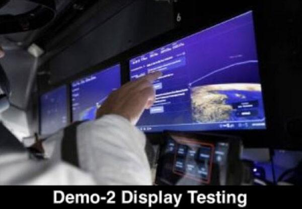 Zkouška dotykových obrazovek v Crew Dragonu.