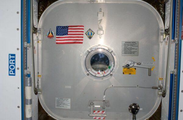 Americká vlajka vynesená na ISS při poslední misi raketoplánu čeká, až ji na Zemi dopraví první posádka startující z území USA.