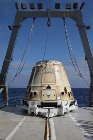 Dragon z mise SpaceX CRS-15 na palubě lodi míří do přístavu.