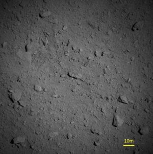 Snímek asteroidu Ryugu pořízený 7. srpna teleskopickou kamerou z výšky 1250 metrů!