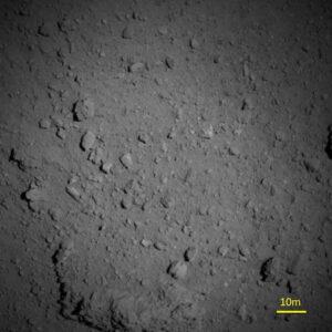 Snímek asteroidu Ryugu pořízený 7. srpna teleskopickou kamerou z výšky 1000 metrů!