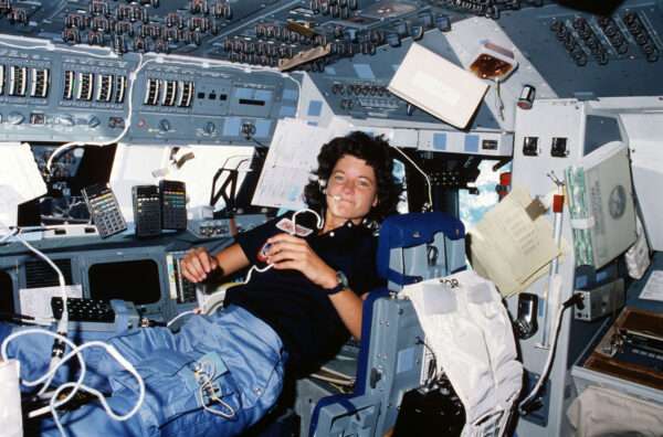 Sally Ride vznášející se během STS-7