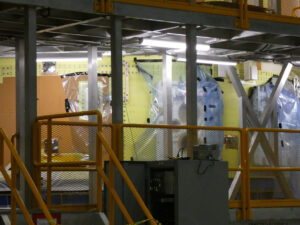 Na straně +Z bude motorová sekce připojena na pupeční šňůry rampy - platformou nalevo se bude doplňovat kapalný kyslík, tou napravo pak kapalný vodík.