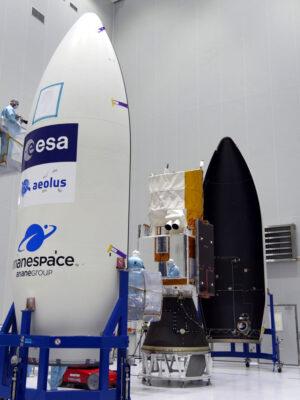 Uzavírání družice Aeolus pod aerodynamický kryt