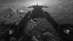 Téměř přesně před 14 lety vyfotil rover Opportuntiy svůj stín - kroutil tehdy 180. marsovský den a dosáhl dvojnásobku plánované životnosti.