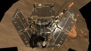 V prosinci roku 2004 byly panely ještě hodně čisté - kamera na hlavě vozítka pořídila mozaiku solárních panelů ze snímků s vlnovými délkami 600, 530 a 480 nanometrů.