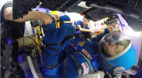 Zkouška skafandrů Boeing Blue v kabině lodi Starlienr během jedné z mnoha zkoušek.