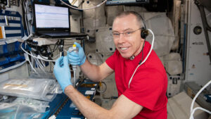 Velitel 56. dlouhodobé expedice, Andrew Feustel během práce v modulu Harmony. Feustel na snímku provádí experiment Protein Crystal Growth-13, který má pomoci pochopit některé procesy krystalizace proteinů.