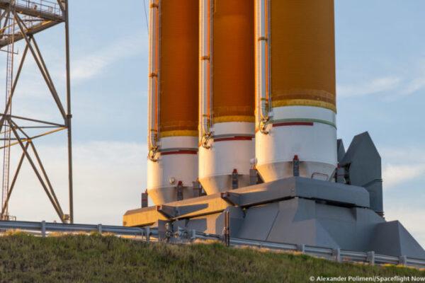 Tři motory Delta IV Heavy