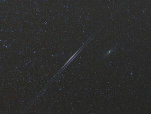 Dva záblesky družic Iridium č. 65 a 74 nastaly 27. 8. 2008 v rozmezí tří minut v blízkosti galaxie M 31 v Andromedě.