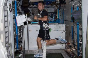 Archivní snímek - Japonský astronaut Koiči Wakata na běžeckém pásu v modulu Tranquility.